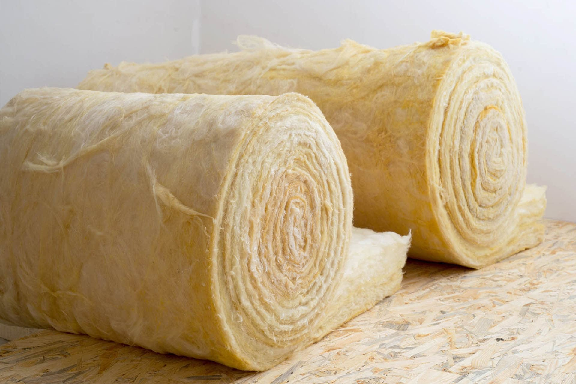 thermal-insulation-wool-rolls-on-chipboard-building-materials